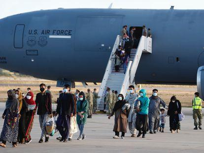 Hasta 200 ciudadanos afganos han desembarcado este martes en la Base de Rota para pasar por una red de primera atención y acogida, antes de volar en unos días a Estados Unidos