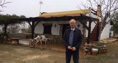Paco Casero, en la casa donde ha comenzado la nueva huelga de hambre, en Venta del Rayo de Loja.