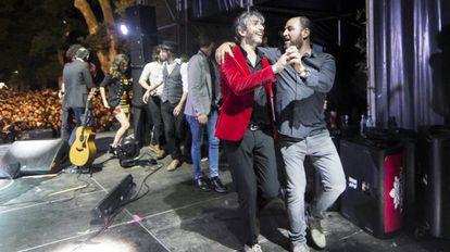 Xoel López (de rojo), con su mánager, Joaquín Kin Martínez, tras su concierto en el Festival Portamérica 2017, en Caldas de Reis.