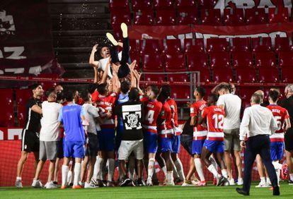 Los jugadores del Granada mantean a su entrenador, Diego Martínez.