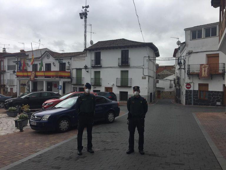 Agentes de la Guardia Civil patrullan el pueblo de Carabaña (Madrid).