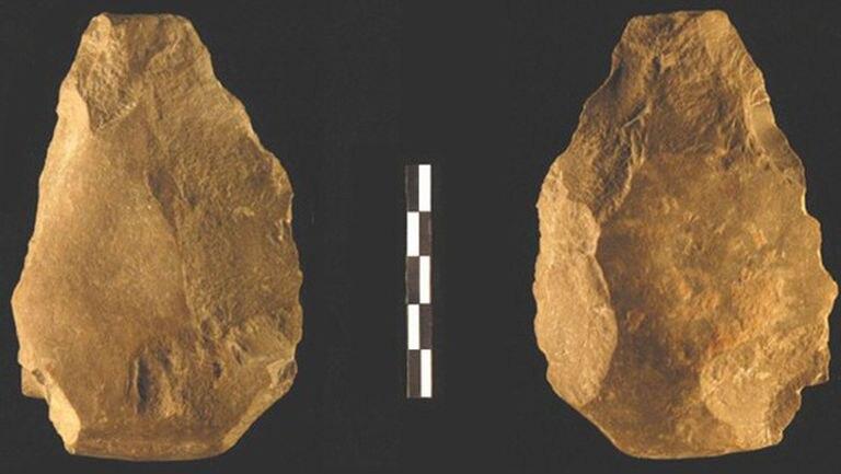 Las dos caras de un bifaz hallado en el yacimiento de Cueva Negra (Murcia), de 900.000 años de antigüedad.
