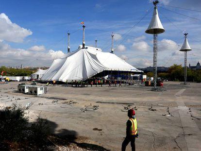 Operarios montan la carpa del Cirque du Soleil en Madrid.