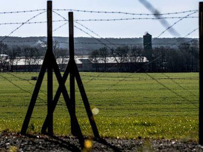 Terrenos que ocupó el campo de concentración de Septfonds, en Francia, con la explotación porcina al fondo.