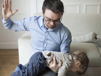 Un padre va a azotar a su hijo.