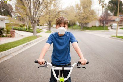 Este será el verano de los paseos en bici con mascarilla.