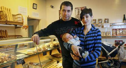 Jordi Cabau, Raquel Pérez y su hijo Asier, de dos meses.
