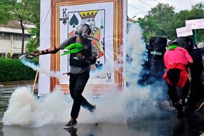 Un manifestante se enfrenta a la policía antidisturbios durante una protesta contra el Gobierno en Bangkok, en Tailandia, el pasado julio.