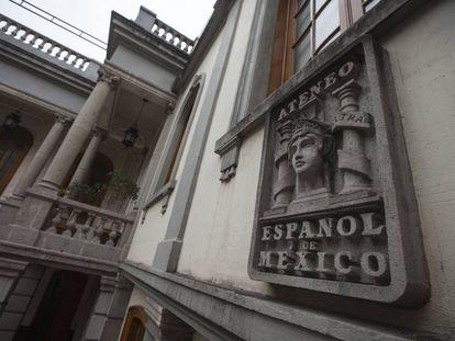 Escudo del Ateneo Español en Ciudad de México.