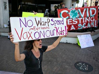Manifestantes contra la vacunación obligatoria en el Distrito Escolar de Los Ángeles, el jueves.