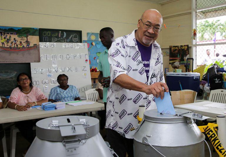 Dési Bouterse, presidente de Surinam, tras votar en Paramaribo, este lunes.