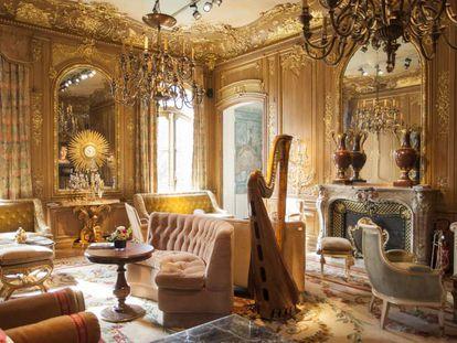 El Salón Proust, lleno de muebles, del Ritz de París.