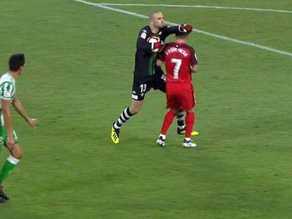 Captura de pantalla del choque entre Pau Sánchez y Roque Mesa.