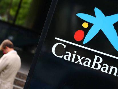 El logo de CaixaBank en una filial, en Madrid. SERGIO PÉREZ REUTERS