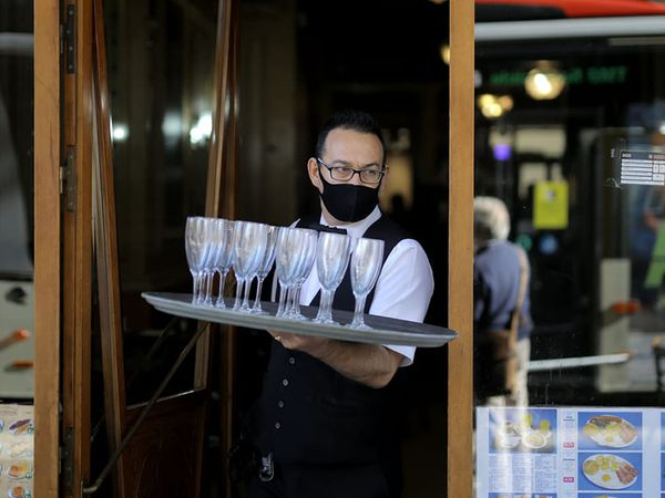 14/10/2020 Un camarero en el Café de la Ópera en la Rambla de Barcelona horas antes de que se sepa si el Govern ordenará el cierre temporal de bares y restaurantes. Foto: Albert Garcia