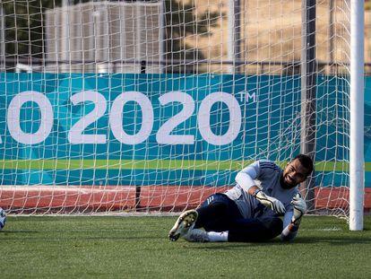 El portero de la selección española de fútbol Robert Sánchez, durante un entrenamiento.
