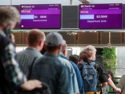 Varios pasajeros esperan para embarcar este jueves en el aeropuerto de Kiev con destino a Minsk en un vuelo de la aerolínea de bandera bielorrusa Belavia.
