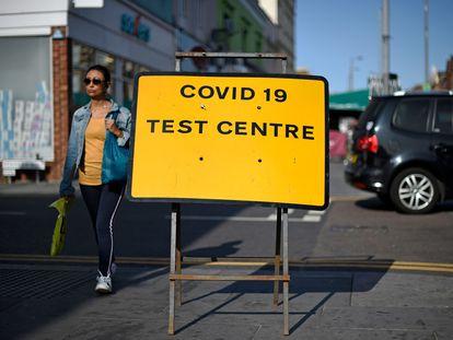Una mujer camina junto a un centro de pruebas de covid-19 en Leyton, en Londres.