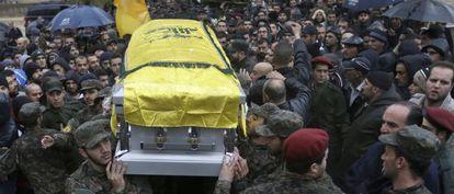 Milicianos de Hezbolá portan el féretro de Hasan Hulo al Laquis.