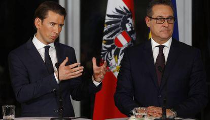 Sebastian Kurz, a la izquierda, y Heinz-Christian Strache este sábado en Viena.