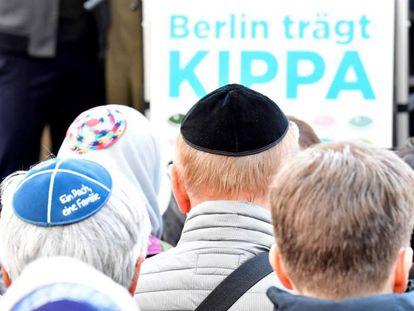 Manifestantes con kipá en Berlín el 25 de abril de 2018.
