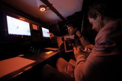 El patrón Ken Read y Brad Jackson en la estación de navegación a bordo del Puma Ocean Racing.