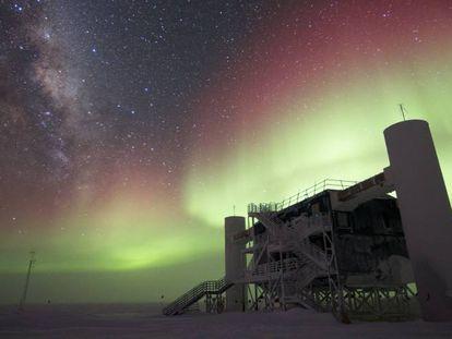 El experimento IceCube, en el Polo Sur, durante una aurora austral