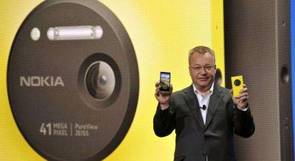 Stephen Elop, consejero delegado de Nokia, presenta el Lumia 1020 con cámara de 41 megapíxeles.