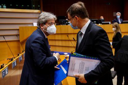 El comisario de Economía, Paolo Gentiloni (izquierda), y el vicepresidente Valdis Dombrovskis, este martes en el Parlamento Europeo.
