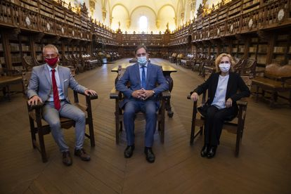 De izquierda a derecha, Ricardo Rivero, rector de la Universidad de Salamanca; Carlos García, alcalde de Salamanca, y Mirian Cortés, rectora dela Universidad Pontificia de Salamanca, en la Biblioteca de la Universidad de Salamanca.