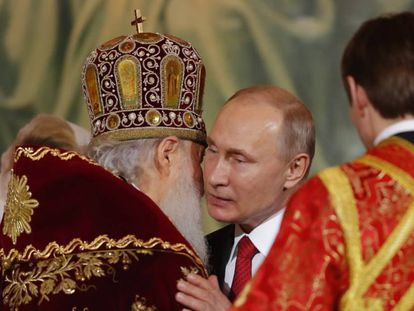 Putin abraza ayer al patriarca Kiril de Moscú tras el servicio religioso.