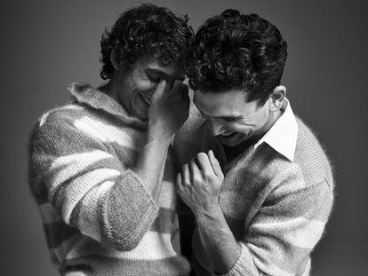 Miguel Herrán y Jaime Lorente posan para ICON vestidos de Fendi.