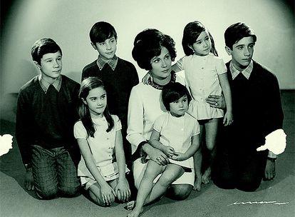 Mari Luz, la madre, posa con sus seis hijos en este retrato destinado al despacho del padre de Antonio Vega, traumatólogo. Carlos, Marta, Antonio, Maria Luz, Cristina, Laura y Ricardo.