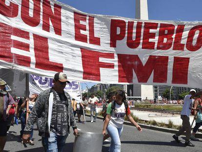 Manifestantes marchan este miércoles en Buenos Aires en contra del FMI.