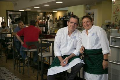 Miguel Ángel Martín y Pilar Montalbán en su restaurante Casa Sotero, en Madrid