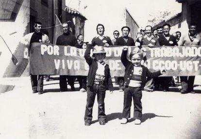 Imagen del álbum de Simón en la que aparecen su primo Hilario y su tío Diego, en una manifestación del Primero de Mayo.