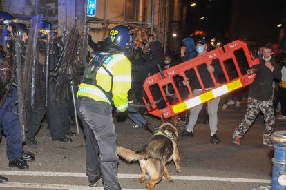 Los manifestantes se enfrentaban a la policía, este domingo por la noche en Bristol.