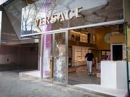 El escaparate de la tienda Versace del paseo de Gràcia de Barcelona, este domingo.
