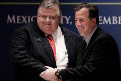 El secretario de Hacienda, José Antonio Meade (d) y el gobernador del Banco de México, Agustín Carstens (i) hoy , 5 de noviembre de 2012.