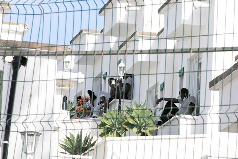 Imagen de migrantes en el complejo turístico Vista Oasis (Maspalomas), el 18 de noviembre de 2020.