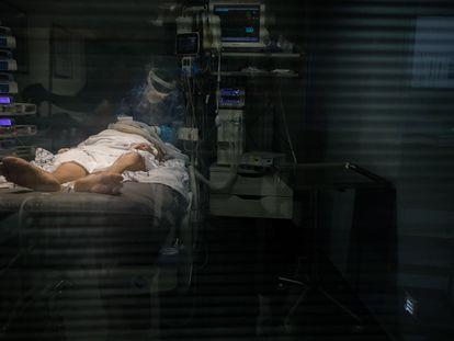 Un enfermo en la UCI del Hospital Universitario Nuestra Señora de La Candelaria, en Santa Cruz de Tenerife.