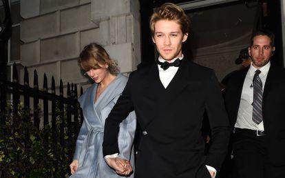 Taylor Swift y Joe Alwyn en la fiesta de Vogue celebrada después de los premios Bafta el pasado febrero.