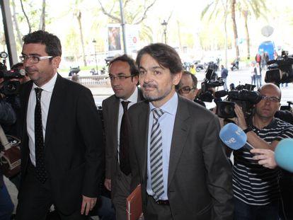 Oriol Pujol Ferrusola (corbata de rayas), en el acceso al Tribunal Superior de Justicia de Cataluña para declarar acusado de tráfico de influencias en el caso de las ITV.