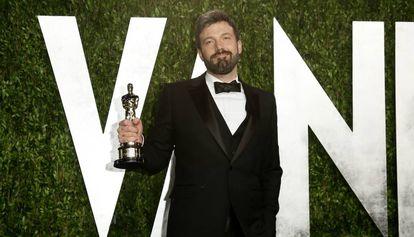 Ben Affleck, con el Oscar a mejor película que ganó por 'Argo', en febrero de 2013.