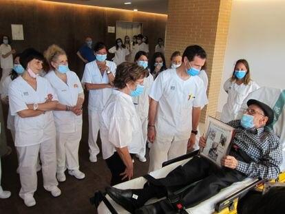 La consejera de Ciudadanía y Servicios Sociales de Aragón, María Victoria Broto, despide al último paciente de la región ingresado en un centro covid.