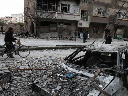 Varios sirios, este domingo en Arbin, en Guta Oriental.