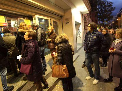 Cola de espectadores ayer, en un cine de Madrid.