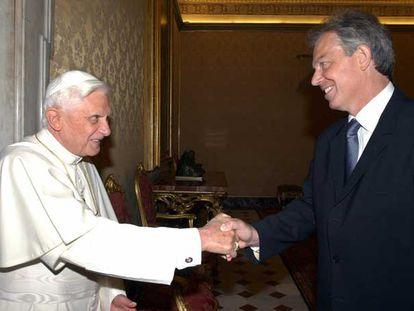 El papa Benedicto XVI recibe a Tony Blair en el Vaticano en junio de 2006.