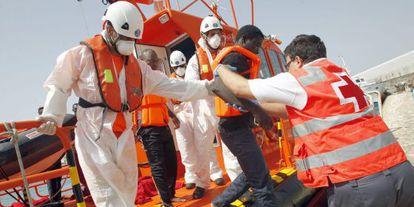 Un emigrante es atendido en Tarifa a finales de agosto.