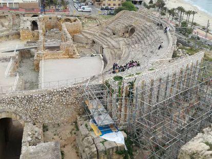 Aspecto actual del anfiteatro romano de Tarragona, con los andamios que protegen uno de los muros modernos.